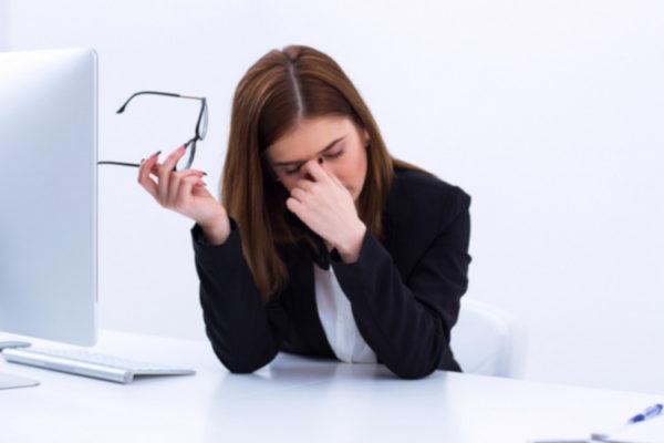 スマホ目の疲れは頭痛や肩こりの原因【改善法と目薬ランキング】